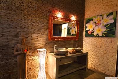Moderne badkamer van de vakantie villa op Bali.