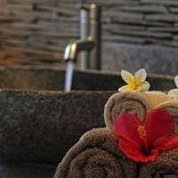 In onze vakantievilla op Bali worden de handdoeken op een leuke manier in de badkamer neergelegd.