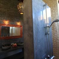 De moderne douche in de badkamer van ons vakantiehuis op Bali.