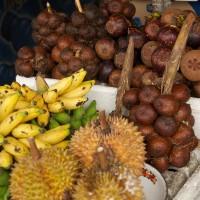 Bij de vele stalletjes vind je alle soorten vruchten van het eiland Bali.