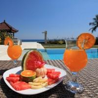 Een heerlijke fruitcocktail drinken bij het zwembad van ons vakantiehuis op Bali.
