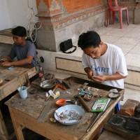 Je vind nog veel handarbeid op Bali.
