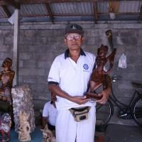 Mannen maken traditionele houten beelden op Bali.