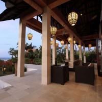 Terras met loungehoek bij het vakantiehuis op Bali.