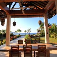 Tijdens de lunch op het overdekte terras genieten van het uitzicht over de Bali zee.