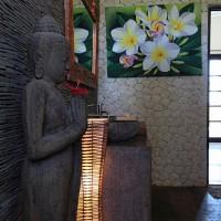 Boeddhabeeld in de badkamer van het vakantiehuis op Bali.