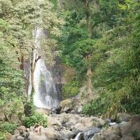 Tijdens een wandeling op Bali zie je mooie watervallen.