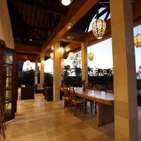 Het vakantiehuis op Bali heeft een prachtig overdekt terras.