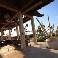 De vakantievilla heeft een terras met uitzicht op de Bali zee.