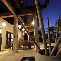 Het terras van de vakantievilla op Bali bij nacht.
