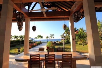 Overdekt terras met uitzicht op de Bali zee.
