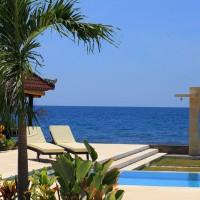 Bij het zwembad van ons vakantiehuis op Bali heb je uitzicht op zee.