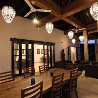 Vakantiehuis op Bali met overdekt terras met loungeruimte en een gezellige lange eettafel.
