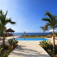 Vanuit de vakantie villa loop je door een prachtige tuin naar ons zwembad met uitzicht op de Bali zee.
