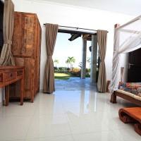 Vanuit de slaapkamer loopt u zo het terras van de vakantievilla in Bali op.