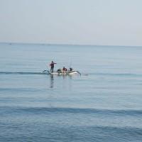 De lokale bevolking vist op de Bali zee.