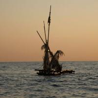Een vlot met versieringen op zee.