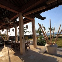 Het zonnige terras van de vakantievilla in Bali noord.