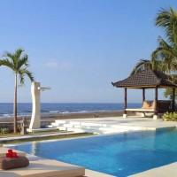 Zwembad met uitzicht op de prachtige zee van Bali.