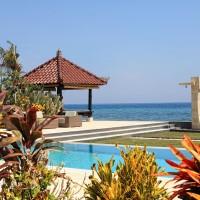 Zwembad bij vakantiehuis op Bali met lounge gedeelte.