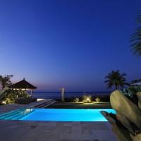 Het zwembad van onze vakantie villa op Bali is 's nachts verlicht.