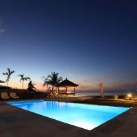 Het verlichte zwembad van ons vakantiehuis op Bali zicht er prachtig uit 's nachts.