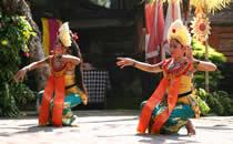 Genieten van de prachtige Balinese dansen.