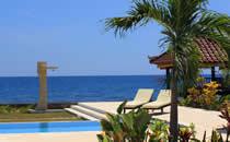 Bij het zwembad liggen en tegelijkertijd genieten van een prachtig uitzicht over de Bali zee.