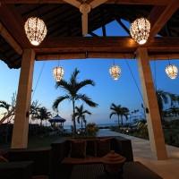 Bij het invallen van de nacht relaxen op het terras van het vakantiehuis in Bali.