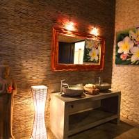 De badkamer in onze vakantievilla op Bali heeft een dubbele wastafel.