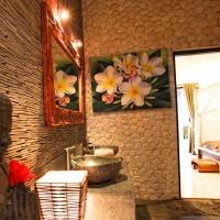 Onze vakantie villa op Bali heeft een sfeervolle badkamer die van alle gemakken is voorzien.