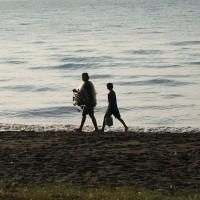 Balinese visser langs het strand.