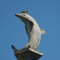 Een stenen beeld van een dolfijn op Bali.