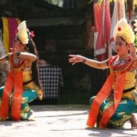 Op Bali laten dansers de traditionele dansen zien.