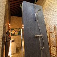 Na een bezoek aan, bijvoorbeeld het strand, heerlijk douchen in de moderne badkamer van vakantie huis Bima Sena.