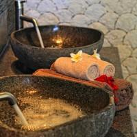De mooie dubbele wastafel in de badkamer van de vakantievilla op Bali.