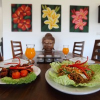Genieten van het eten in de ruime eetruimte van het huis op Bali.