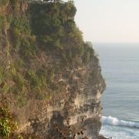 Op Bali steken kliffen hoog boven de zee uit.