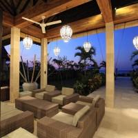 In de loungehoek kunt u heerlijk genieten van een drankje terwijl u het uitzicht over de Bali zee bewondert.