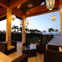 In de loungehoek genieten van het uitzicht over de Bali zee.