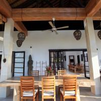 Ontbijten op het overdekte terras van de vakantie villa op Bali.