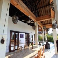 Het overdekte terras van de vakantievilla op Bali is voorzien van ventilatoren.