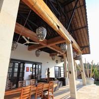 De ventilatoren zorgen voor verkoeling op het terras van de villa op Bali.