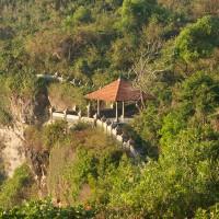 Mooie tradionele stenen muur die het pad door de bergen afscheidt van de ravijnen.