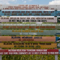 Prachtige foto met de regels die gelden op Bali op kleurige planken.