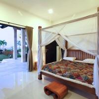 Elke slaapkamer van de vakantievilla op Bali heeft een plafondventilator  en airco.
