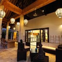 Het terras van de vakantievilla op Bali ziet er bij nacht prachtig uit.