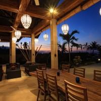 Op het terras genieten van het invallen van de nacht op Bali.