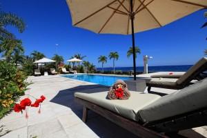 Heerlijke relaxen bij het zwembad met uitzicht op de Bali zee.