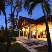 's Avonds is de villa op Bali prachtig verlicht.